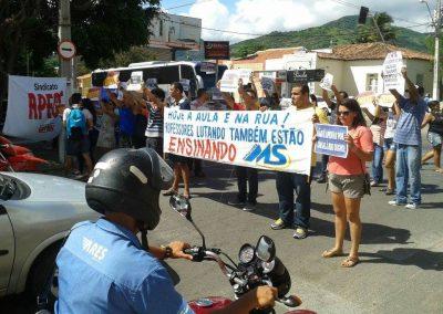 Hoje pela manhã professores estaduais em greve fazem pedágio no centro de Itapipoca