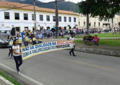 Professores em greve de Maranguape realizaram grande mobilização pelas ruas do centro da cidade com a participação dos estudantes e pais de alunos.