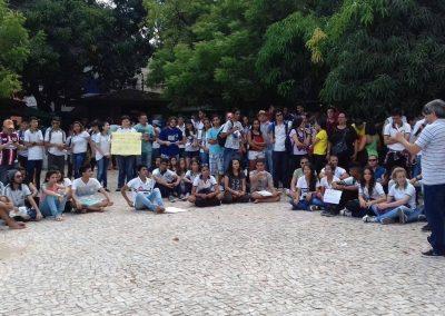 Ato com aula pública na Zonal VI com a presença de professores e alunos, em Messejana.