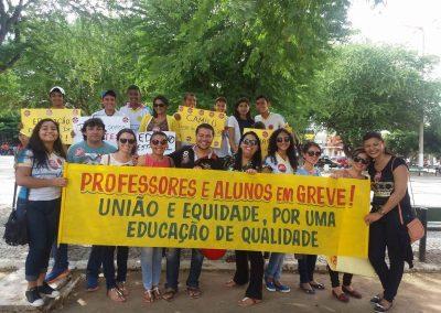 Professores e alunos em ato pela Greve Geral da Educação, em Quixadá.