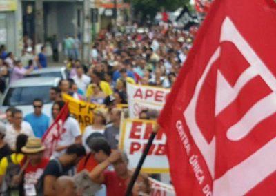 Professores e estudantes participam do Dia Estadual de Luta em Defesa da Educação e da Valorização dos Profissionais pelo centro de Fortaleza.