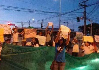 Estudantes das escolas Walter Sá e Luiza Távora, em Fortaleza, fazem manifestação na rua em apoio à greve dos professores.
