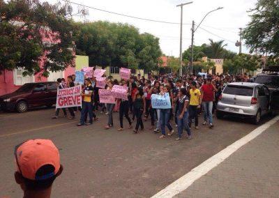 Professores em greve e estudantes do Colégio Estadual São José, em Granja, em manifestação pelas ruas do município.