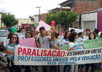 Professores em greve e estudantes em manifestação pelas ruas do município de Varzea Alegre