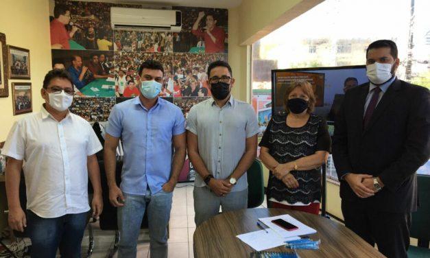 URUOCA: APEOC RECEBE PREFEITO PARA FORTALECER LUTA EM DEFESA DOS RECURSOS DO FUNDEF
